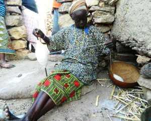Elle file le coton au village