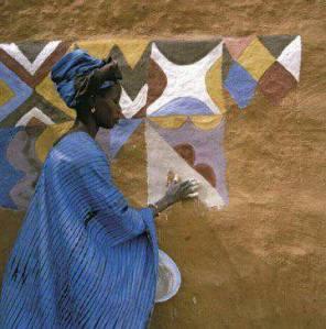 Une femme soninké badigeonnant l'intérieur de sa maison