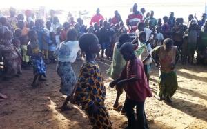 Les touts petits en tarin de danser le rap au village
