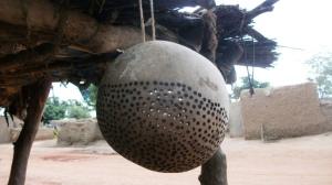 """outil qui sert à nettoyer les fruits du néré pour produire le """"soumbala"""""""