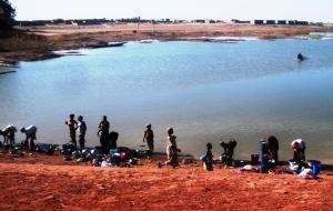 Groupe de femmes au bord du fleuve Niger à Ségou
