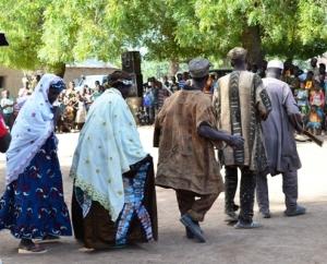 Des femmes dansant à la danse des  chasseurs  au Mali