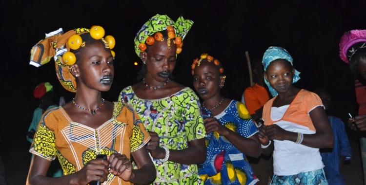 Danse à la place publique, la veille de la traversée des boeufs à Diafarabé