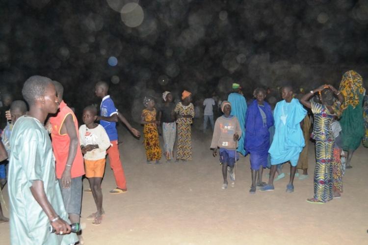 Des jeunes peuls et bamanans sur la place publique à Diafarabé la veille de la traversée