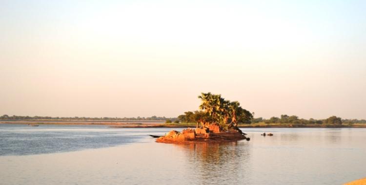 Le soleil brille sur le fleuve à Diafarabé alors, direction sur le lieu de la cérémonie