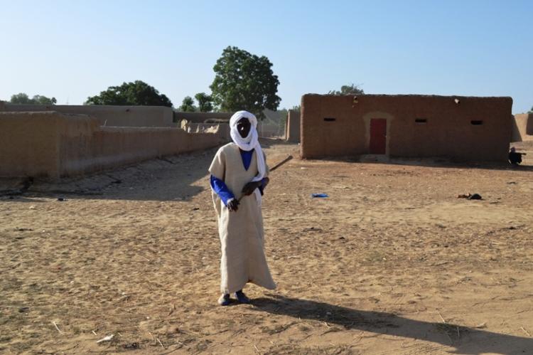 Un vieux peul en tenue traditionnelle (Kassa) partant sur le lieu de la cérémonie