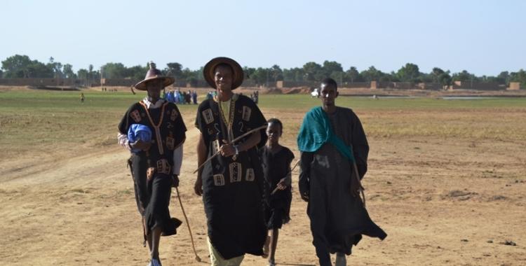 Des jeunes peuls en tenues traditionnelles  partant sur le lieu de la cérémonie