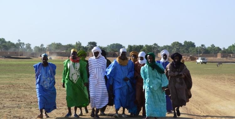 Les vieux de Diafarabé rejoignent le lieu de la cérémonie de a traversée