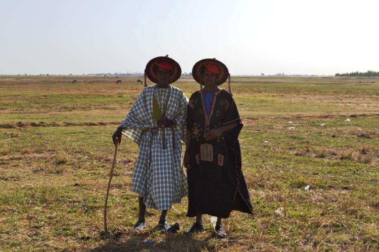 Deux jeunes peuls en tenues traditionnelles  partant sur le lieu de la cérémonie