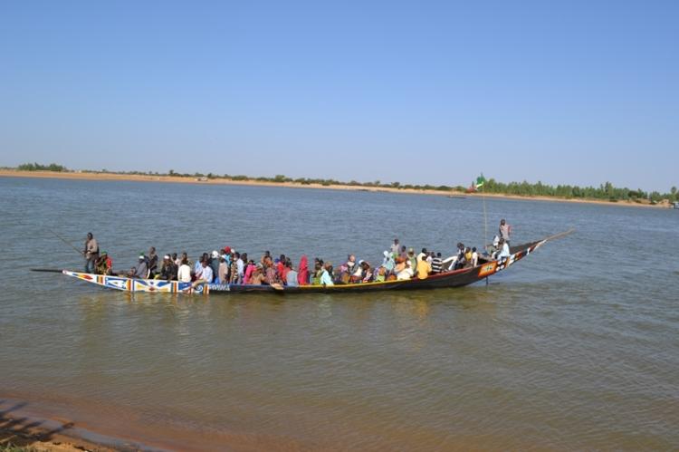 Les habitants des villages voisins venant à la cérémonie de la traversée à Diafarabé