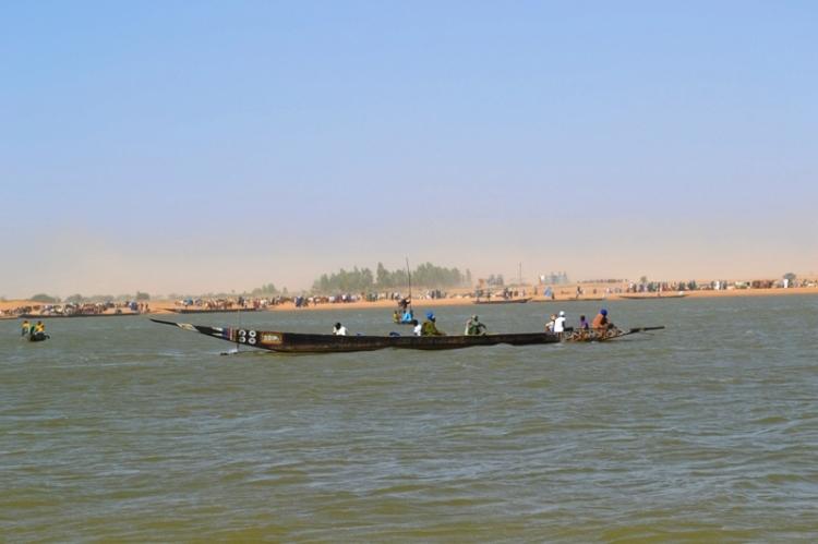 Promenade en pirogue sur l'eau avant de le début de la traversée