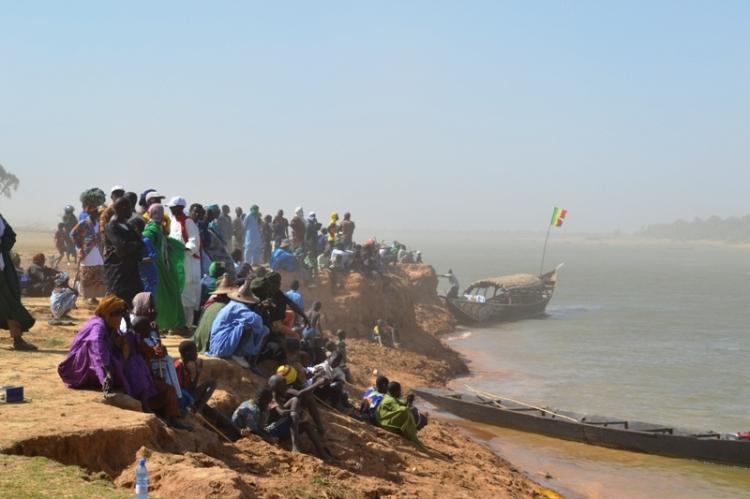 La foule à l'attente du signal pour commencer la traversée