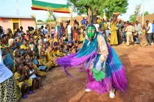 Danse de masque à la cérémonie culturelle à Lassa