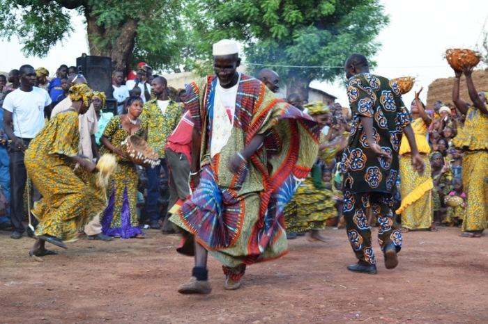 Les vieilles personnes aussi dansent lors des cérémonies au villages